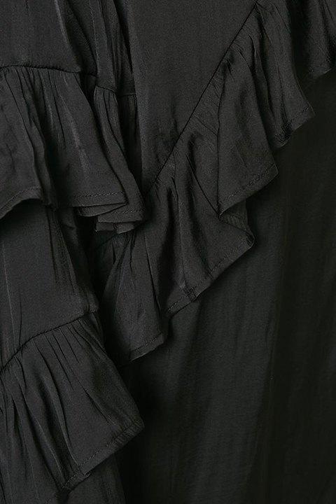 Detalle del vestido negro de volantes.