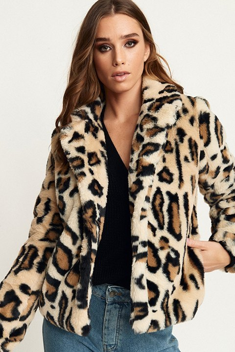 Chaqueta corta Nova de estampado leopardo.