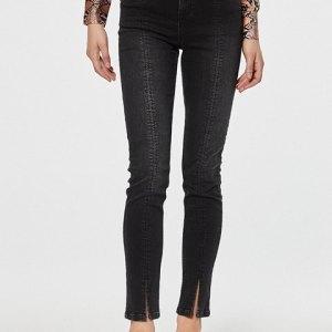 Jeans 5 bolsillos en bonito tono negro lavado.
