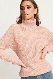 Tinelle. Jersey de ajuste regular, en tono rosa, manga larga y cuello tortuga.