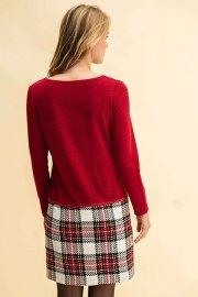 Vestido Dolomites, visto por la espalda, la cual es en tono liso junto con las mangas y falda de cuadros.