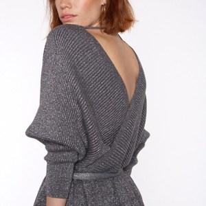 Jersey en pico delantero y espalda en color gris metalizado.