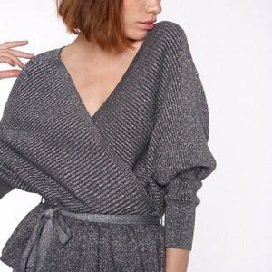 Jersey gris oscuro con un toque de lurex.