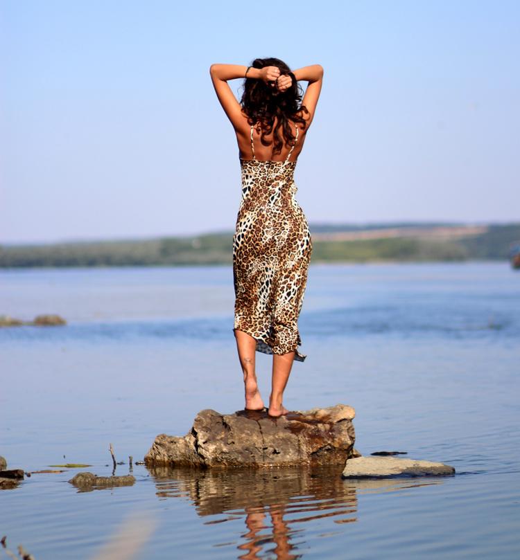 leopardenmuster kleid wasser frau