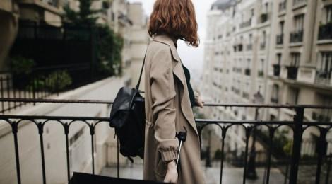 regenmantel regenschirm rucksack frau
