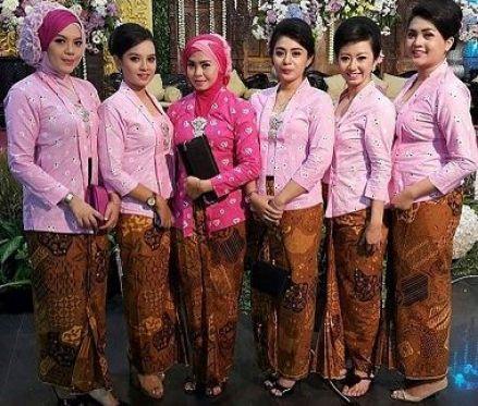 Model Baju seragam keluarga pengantin muslimah Terbaru