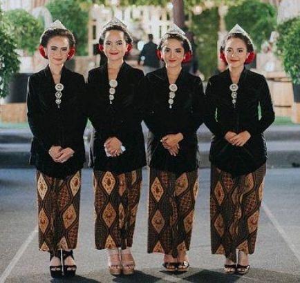 Contoh baju seragam batik keluarga untuk pesta pernikahan Terbaru