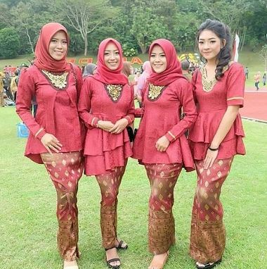 Desain Baju Keluarga Pengantin Malaysia Modern