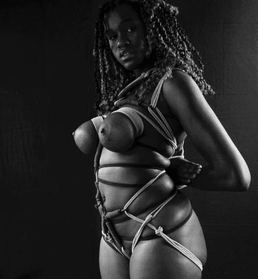 Femme aux seins noués