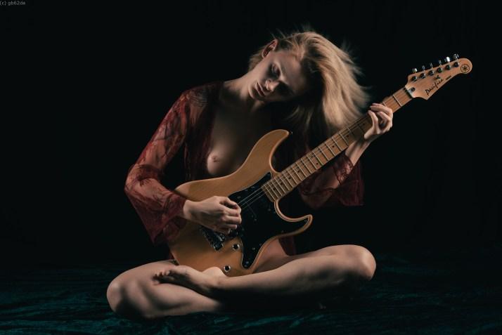 Quand ma guitare pleure gentiment.