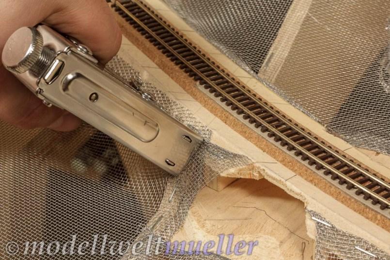 Mit dem Tacker wird das Aluminium-Fliegengitter auf den Spanten befestigt.
