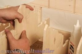 Die Spanten mit etwas Holzleim bestreichen und einsetzen.