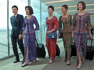 Baju Batik juga di Kenakan Pramugari Singapore
