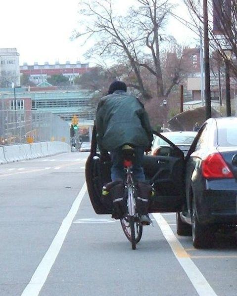 Ciclista impactando con una puerta de un coche aparcado