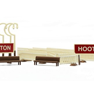 Dapol C013 Platform Fittings Fences & Lamps (OO scale plastic kit)