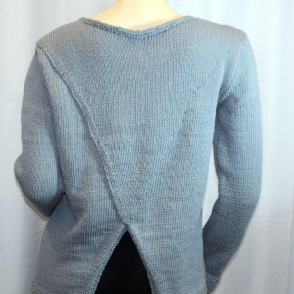 Pull à dos croisé, couleur grise, vue de dos