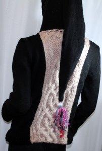Veste féérique noire et rose pâle: vue de dos avec capuche relevée