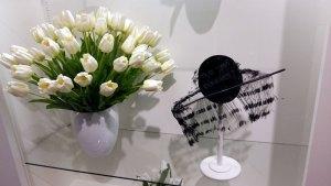 chapeaux et tulipes blanches