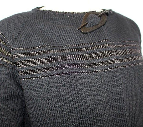 Veste cachemire classique et chic, détail du bas des rayures
