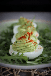 Jajka z pastą z awokado