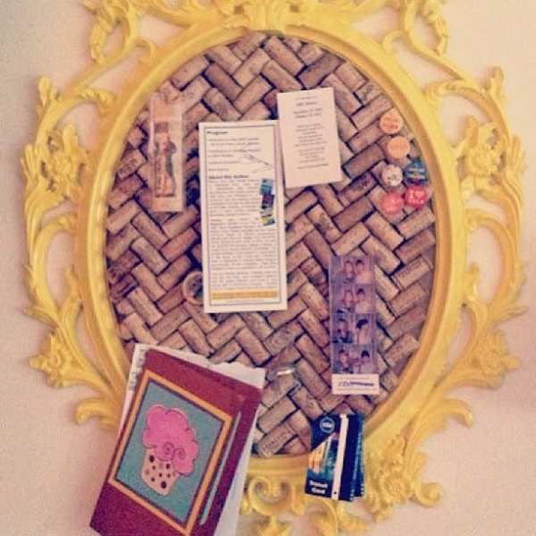 Wine corks + picture frame + hot glue - glass top = DIY Corkboard! <3