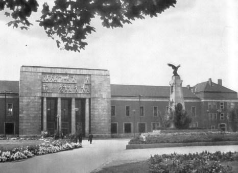 1958-ra felépült az új épület. Főhomlokzata a Honvéd ligetre néz. Győr talán egyetlen nehézkes monumentalitású, szigorú szocreál épülettömege a várocsarnok kőburkolatú kubusa. (forrás: Győri képeskönyv)