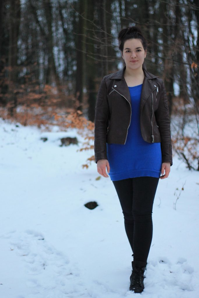 winterlook mit lederjacke in braun