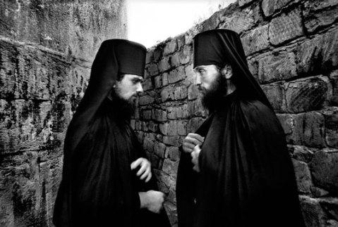 dvaja mnisi