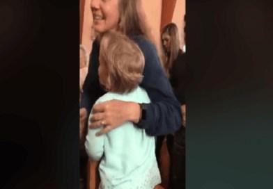 Dievčatko, ktoré objalo každého, kto stál v rade na sväté prijímanie
