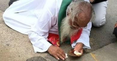 Kruté rany zhodili kňaza na zem. On chránil pošliapanú Eucharistiu