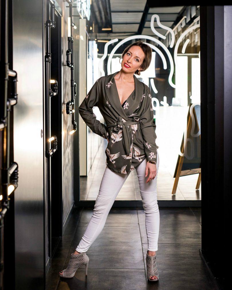 Kardigan-kimono-biele nohavice-bezove topanky-na podpatku-Deichmann