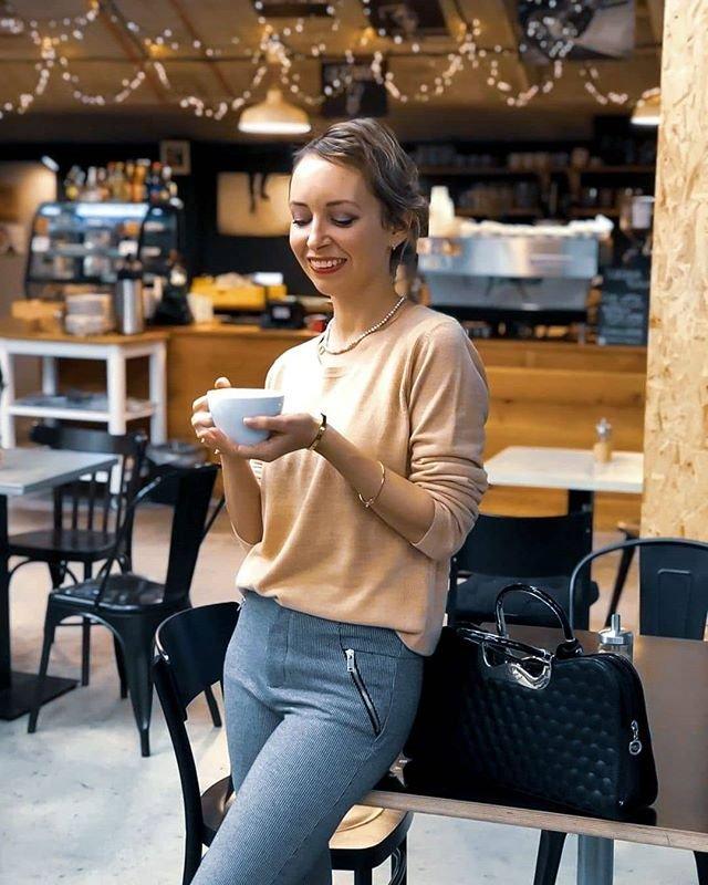 Neutralne farby ako nosit kombinovat oblecenie modny blog tucet styling sede nohavice cierna kabelka