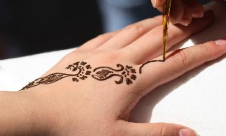 فوائد الحناء وكيفية إزالة نقوشها من اليد والجسم