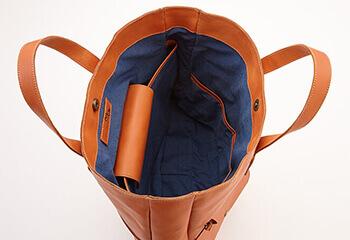 内側に金属製金具の使用をできるだけ少なくしたり、PC収納部やバッグの天マチなど開口部にカバーなど取り付け直接金具に触れないように工夫