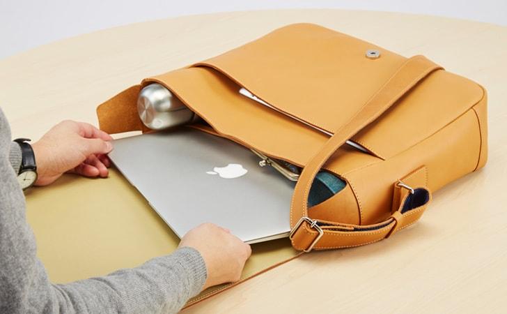 タブレットやノートPCが入る革のショルダーバッグ