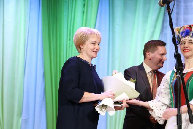 Награду вручает начальник управления жилищно-коммунального хозяйства Могилёвского облисполкома Сергей ВАШКЕВИЧ