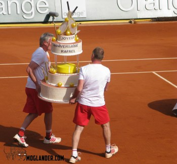 Brining out birthday cake onto court in Roland Garros