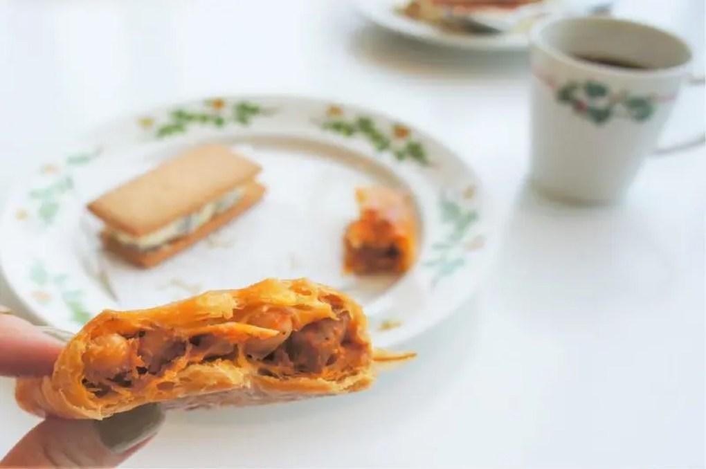 豆などが入ったオレンジ色のパイの断面のようす
