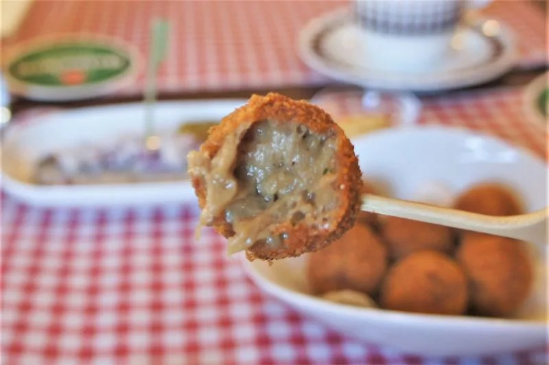 オランダ家庭料理のお店 STAMPPOT(スタンポット)/札幌市 とける寸前まで煮込んだ豚肉を揚げてつくる 1口サイズのコロッケ