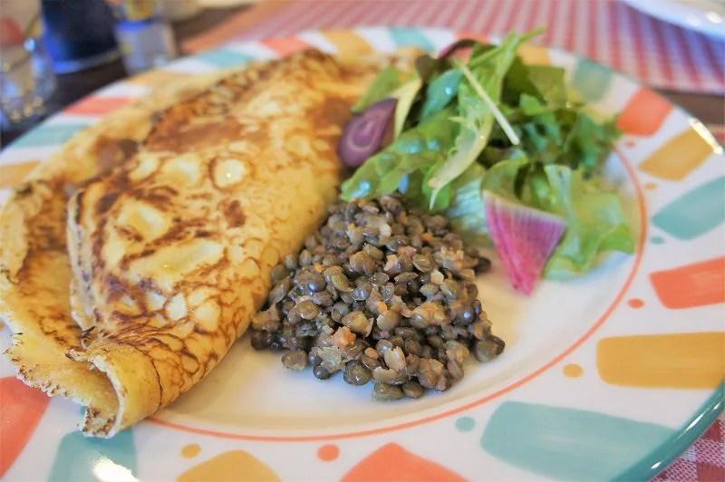 オランダ家庭料理のお店 STAMPPOT(スタンポット)/札幌市 現地でよく食べられる「青いんげん豆の煮込み」とサラダを添えて