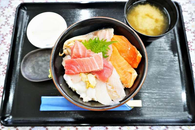 10種類のネタがのった海鮮丼