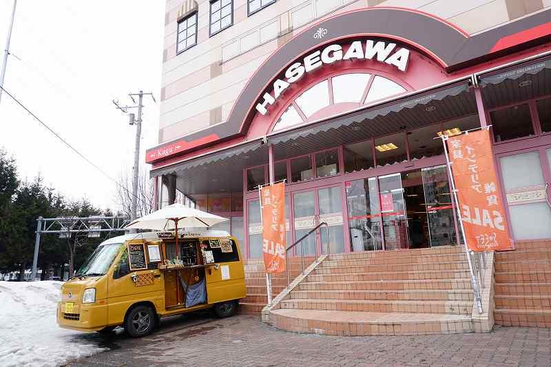 札幌はイエロー、小樽はグレーの車で移動販売している