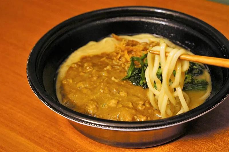 家系カレーラーメンの太麺を箸で持ち上げたようす