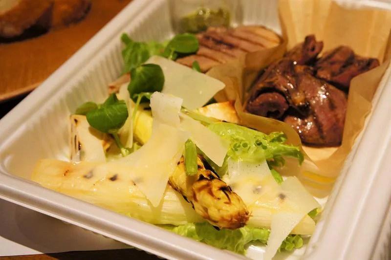 ホワイトアスパラやお肉の前菜がプラスチックケースに入っている