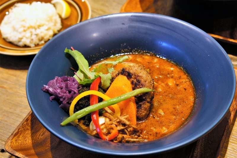 北海道産牛と知床赤豚を使用した鉄板ハンバーグのスープカレー