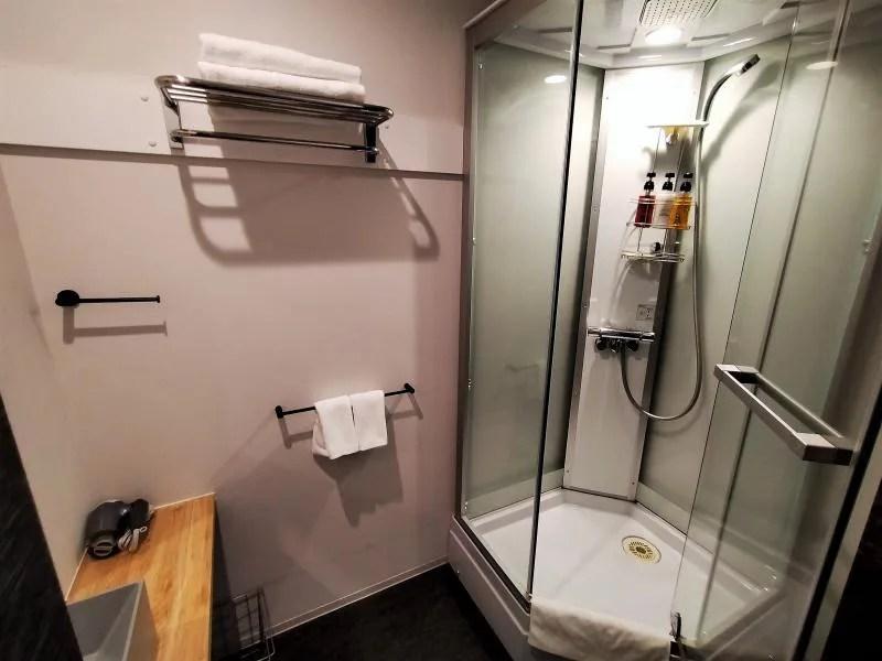 ホテルポットマムのダブルルームのシャワーブース