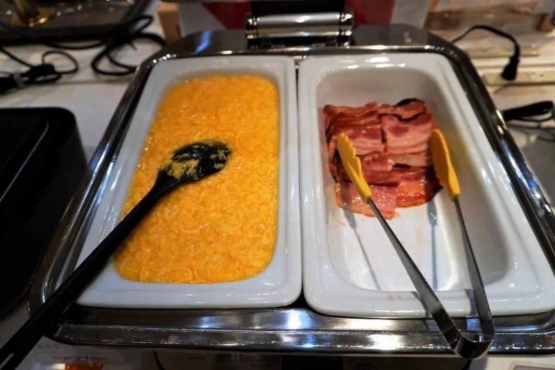 朝食ビュッフェの卵とベーコン