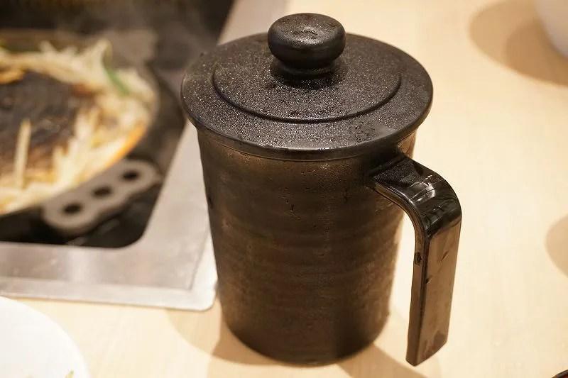 ジンギスカン用のタレが入った容器がテーブルに置かれている