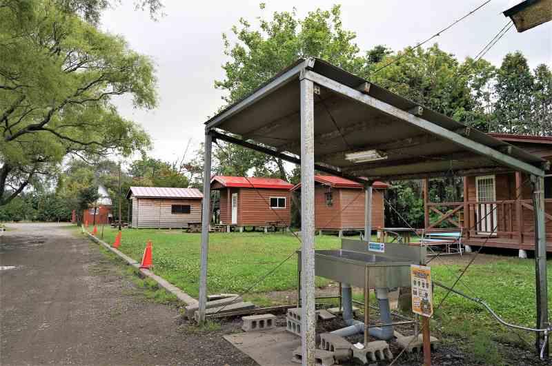 「三重湖公園キャンプ場」バンガロー前の炊事場
