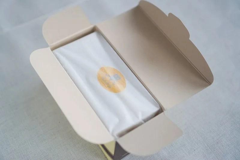 「松翁軒(しょうおうけん)」のカステラの箱をあけたようす
